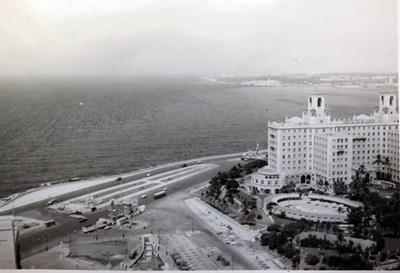 """Като дете фотографът си играе в басейна на хотел """"Насионал"""". Той се намира на прочутия """"Малекон"""" - крайбрежния булевард на Хавана, любимо място за разходки на кубинците.  СНИМКИ: ЛИЧЕН АРХИВ"""