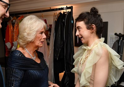"""Британската Камила, херцогинята от Корнуол разговаря с Патси Феран, носител на наградата за най-добра актриса, след като присъства на наградите """"Лорънс Оливие"""" в """"Роял Албърт хол"""" в Лондон. Снимка: Ройтерс"""