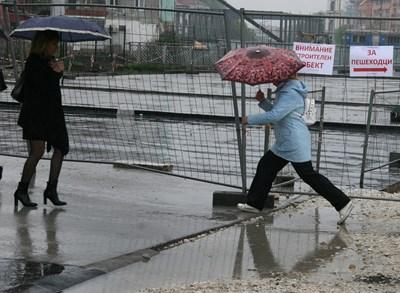 Пловдивчани прескачат локви, които се образуваха по всички улици СНИМКА: Евгени Цветков