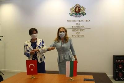 Николова обсъди облекчения за двустранните пътувания с посланика на Турция