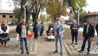 Кметовете на Стамболийски Георги Мараджиев (вдясно) и на Ново село Иван Стойчев откриха облагородения парк.