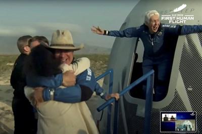 НАСА поздрави компанията на Безос за успешния полет с туристи (Снимки, видео)