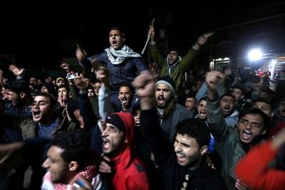 Палестинци скандират срещу Тръмп на протест в Газа.
