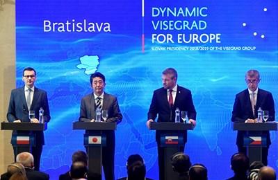 Японският премиер Шиндзо Абе с колегите си от Словакия, Чехия и Полша СНИМКА: Ройтерс