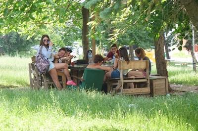 """Младежи са се събрали вчера на поляната в """"Люлин"""", където мълния уби човек в понеделник вечерта. СНИМКА: Йордан Симeонов"""