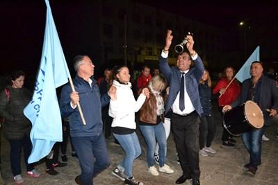 Малко след 23 часа в неделя преизбраният кмет на Кърджали Хасан Азис поведе хорото на победата на централния градски площад.  СНИМКА: НЕНКО СТАНЕВ