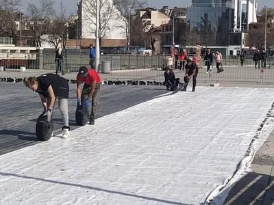 Работници прибират елементите от ледената пързалка в Пловдив.