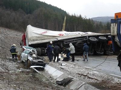 Турският камион помел опела и препречил пътя, който остана затворен повече от 4 часа. Вчера спасителните екипи го изместиха и разрязаха леката кола, за да извадят труповете. СНИМКИ: АВТОРЪТ