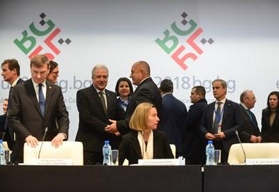 Бойко Борисов приветства европредставителите преди първото заседание в София. СНИМКА: Йордан Симeонов