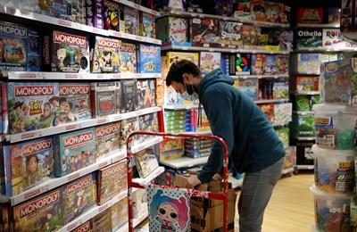 Служител подготвя играчки за Коледа в магазин в Париж.