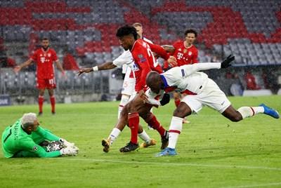 Вратарят на ПСЖ Кейлор Навас прави поредното си спасяване на стадиона в Мюнхен. СНИМКА: РОЙТЕРС