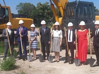 Официалните лица направиха първата копка на новия завод за медицинска апаратура