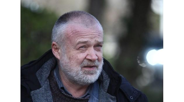 Доц. Юлиан Караджов, автор на две книги за канабис и наркотици: Ще лекуваме над 25 хиляди тежко болни. Половината депутати пафкат