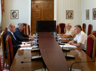 Румен Радев се срещна с началника на отбраната адмирал Емил Ефтимов. СНИМКА: Прессекретариатът на президента