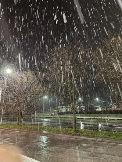 """Сняг на парцали вали на магистрала """"Хемус"""" (Снимки)"""