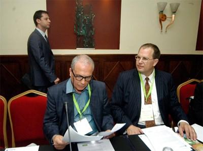 Министърът на икономиката Делян Добрев минава зад гърба на енергийния министър от правителството на НДСВ Милко Ковачев на форум за инвестиции във ВЕИ. СНИМКА: Ивайло Дончeв