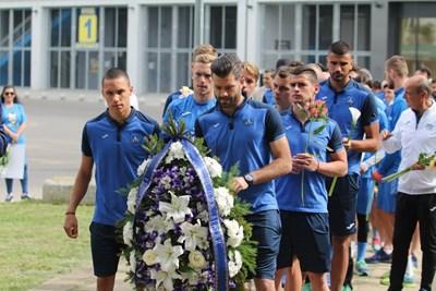 """Капитанът на """"сините"""" Божидар Митрев бе начело на футболистите, които поднасяха венци пред паметника на Гунди Снимки: Благой Кирилов"""