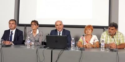Социалният министър Бисер Петков представи промените заедно с представителите на пенсионните фондове Анастас Петров и Даниела Петкова (вляво на снимката) и на синдикатите Ася Гонева (вдясно). СНИМКА: Пиер Петров