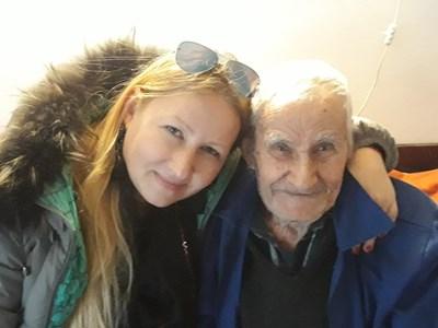 Дядо Георги с внучката си Светлана Бонин СНИМКА: Личен архив