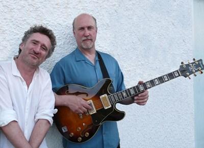 Пианистът Джон Клиъри (отляво) заедно с китариста Джон Скофийлд СНИМКА: Архив