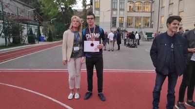 Деян Хаджи-Манич и учителката му по информатика Елена Димитрова, с която бил на световното по информатика в Букурещ. СНИМКА: Личен архив