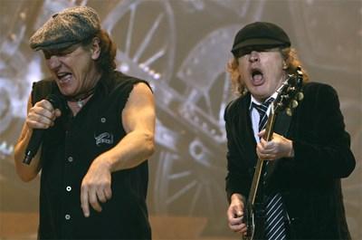 Вокалистът на АC/DC Браян Джонсън и китаристът  Ангъс Янг по време на концерт пред  лондонска публика  СНИМКА: РОЙТЕРС