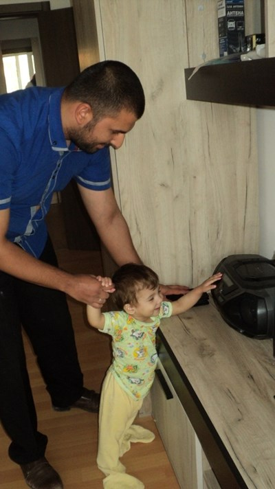Малкият Денис вече прохожда и е любопитен да пипне всичко в новия дом. СНИМКА: Антоанета Маскръчка