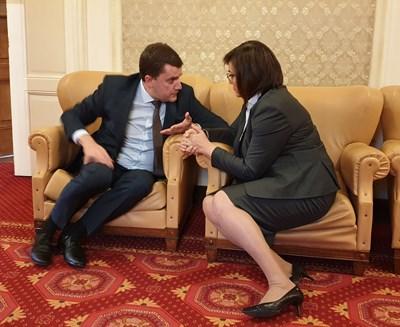 Новоизбраният кмет на Перник Станислав Владимиров разговаря със соцлидерката Корнелия Нинова в кулоарите на парламента.