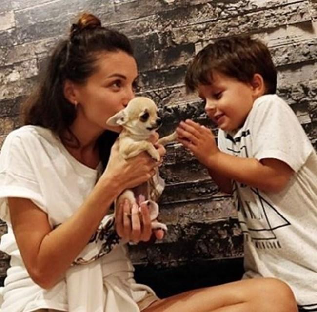 Тя често играе с момчето, взема го със себе си на снимки и далечни пътувания.
