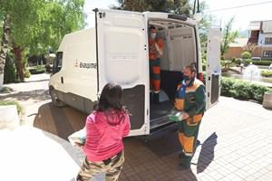 Даряването на хранителни продукти е част от дейността на благотворителната програма.