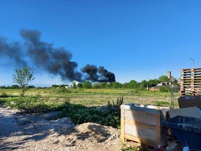 Черният пушек се усетил чак в близкото с. Радиново. Снимки: Фейсбук