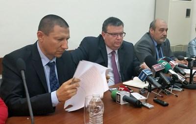 Главният прокурор Сотир Цацаров (в сресата) и заместникът му Сарафов - вляво, на брифинг в Бургас