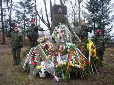 Разстреляните преди 75 години 18 ястребинци, сред които и 6 деца, бяха почетени днес с военни почести. Снимка: Ваньо Стоилов СНИМКА: 24 часа
