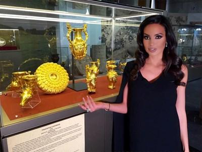 Наталия Гуркова показва панагюрското златно съкровище.
