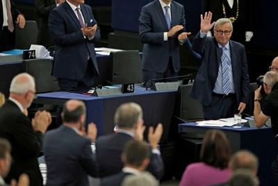 Председателят на Европейската комисия Жан-Клод Юнкер маха на евродепутатите по време на сесията на ЕП в Страсбург. Пред тях той гарантира, че България е изпълнила всички критерии от евронаблюдението. СНИМКА: РОЙТЕРС