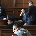 Трима адвокати защитават Красимир и Запринка, които седнаха един зад друг на първите 2 пейки в съдебната зала.