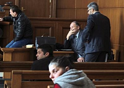 Трима адвокати защитават Красимир и Запринка, които седнаха един зад друг на първите 2 пейки в съдебната зала. СНИМКА: Румяна Тонeва