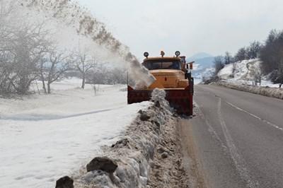 Снегорини работят за разширяването на пътното платно. Снимка: Ненко Станев