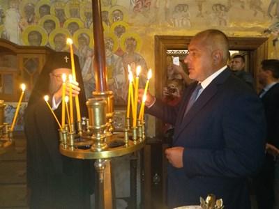 Премиерът бе посрещнат на входа на манастира от пловдивския митрополит Николай СНИМКИ: Анелия Перчева