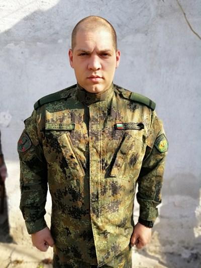 Ефрейтор Никола Върбанов направил сърдечен масаж на изпадналото в безсъзнание момиче. СНИМКА: Личен архив