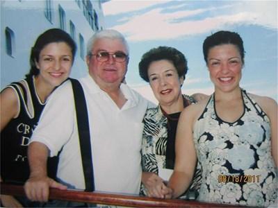 Със семейството си - съпругата Маги и дъщерите Сабрина и София