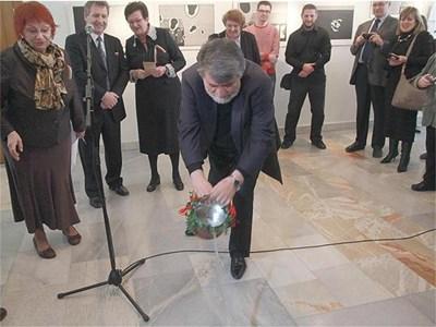 """""""Българската култура и дух имат нов дом в Москва и това ме прави особено щастлив"""", каза министър Рашидов, откривайки центъра в библиотеката. Вляво е директорката на института Буряна Ангелакиева.  СНИМКА: ХРИСТО ОБРЕШКОВ"""