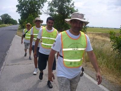 Уставно българите от Молдова са облекли жълти жилетки и вървят в колона, за да спазят правилата за движение в България. СНИМКА: Ваньо Стоилов