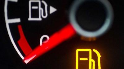 Колко километра може да изминете, ако светне лампичката за гориво?