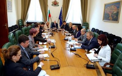 Премиерът Огнян Герджиков организира среща на предишното и сегашното ръководство на земеделското министерство.