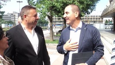 Шефът на депутатите от ГЕРБ Цветан Цветанов и кметът на Благоевград Атанас Камбитов разговарят по време на срещата си вчера.  СНИМКА: АВТОРКАТА