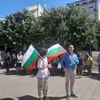 Множество хора са събрани пред сградата на Община Бургас Снимки: Тони Щилянова