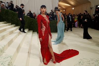 Меган Фокс в червена рокля с пайети  СНИМКИ: РОЙТЕРС