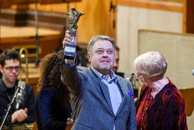 """Марк Кадин със статуетката """"Сирак Скитник"""" СНИМКА: Бнр"""