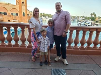 Веселин заедно с жена си Таня и двете им деца